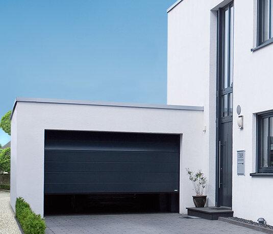 Garagen-Sektionaltor in stahlblau